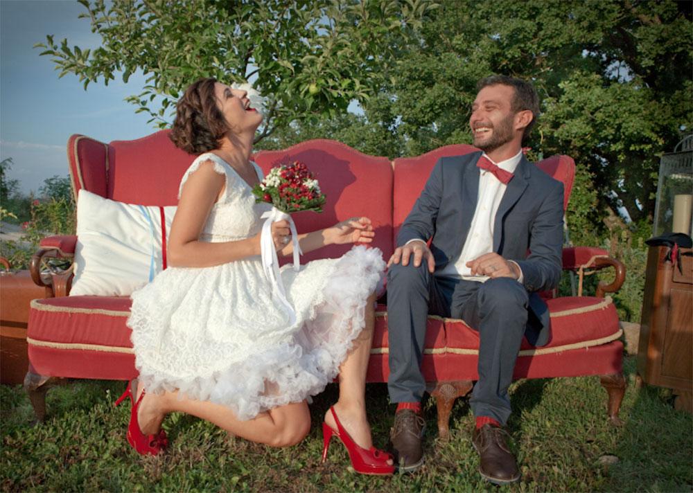 Sciuscia-e-Barbara_Divano-rosso-vintage-per-allestimento-youco-wedding-planning-perugia