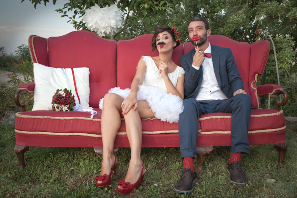 Sciuscia-e-Barbara_Divano-rosso-vintage-per-photo-booth-youco-wedding-planning-perugia